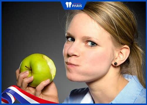 trồng răng nguyên hàm với Implant cho cảm giác ăn nhai tốt