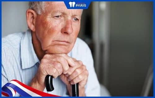 Những nguyên nhân gây rụng răng phổ biến là do tuổi già