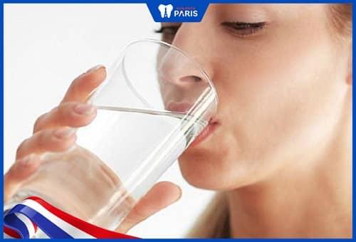 Uống nước trước khi đi ngủ chánh khô miệng dẫn tới hôi miệng