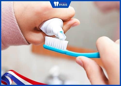 chăm sóc răng với kem có florua