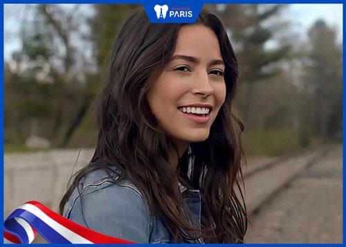 hình ảnh Alexxis Lemire với nụ cười tỏa nắng