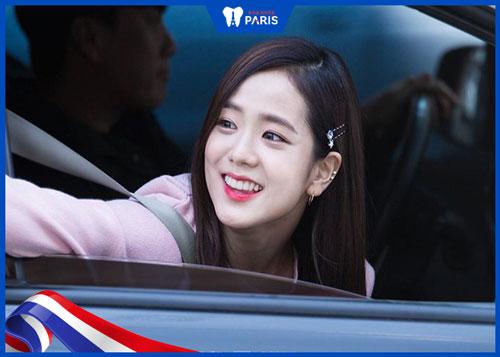 Jisoo (Black Pink) có nụ cười tỏa nắng