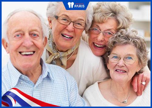 Tuy nhiên, khuôn mặt sẽ bị lão hóa theo thời gian, các mô mềm co lại xung quanh hàm và cằm khi chúng ta già. Đây chính là nguyên nhân làm cho mặt nhỏ lại, chứ không phải do nhổ răng.