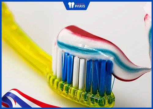 Cách làm môi mỏng bằng kem đánh răng