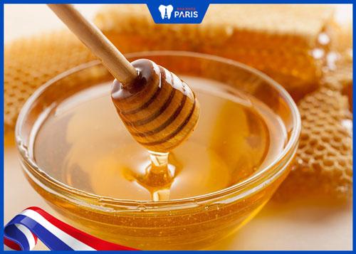 Cách làm môi mỏng lại với mật ong