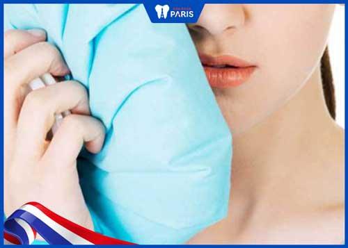 chườm đá tránh chảy máu chân răng