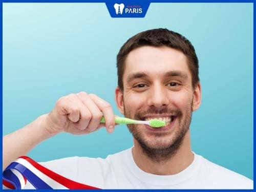 tại sao đánh răng thường xuyên mà răng vẫn vàng