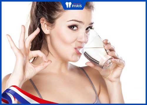 súc miệng nước muối tránh chảy máu chân răng