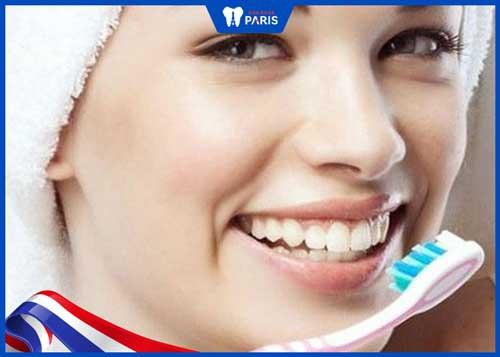 sau khi tẩy trắng răng có nên đánh răng