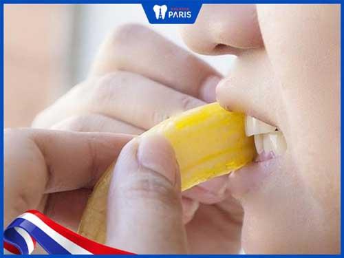 lấy cao răng bằng vỏ chuối