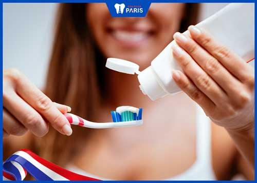 vệ sinh răng kém chảy máu chân răng sau sinh