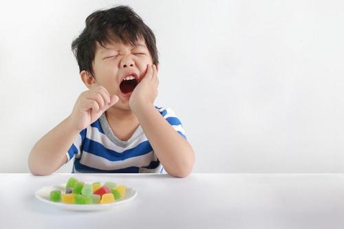 Bị áp xe răng sữa có nên nhổ răng không