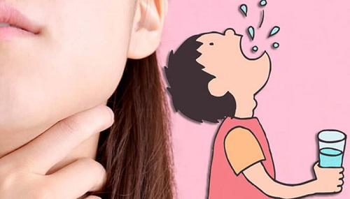 Súc miệng bằng nước muối có tác dụng gì? Nước muối súc miệng
