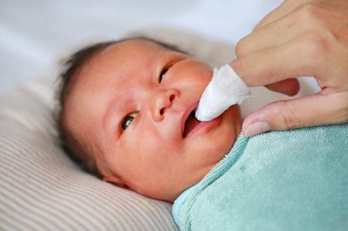 Dụng cụ vệ sinh lưỡi cho bé sơ sinh