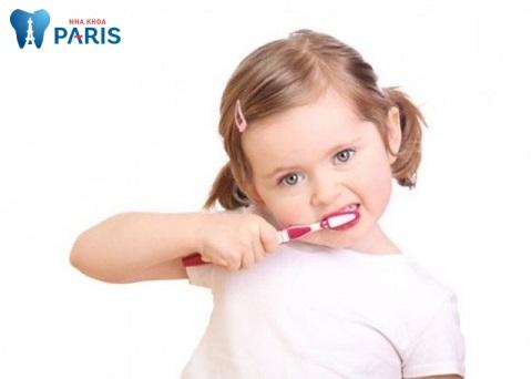 Bé cần được vệ sinh răng miệng kỹ càng, đặc biệt trong độ tuổi mọc răng vĩnh viễn