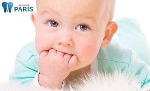 Các tật xấu như mút tay cần được ngăn chặn trong quá trình mọc răng vĩnh viễn