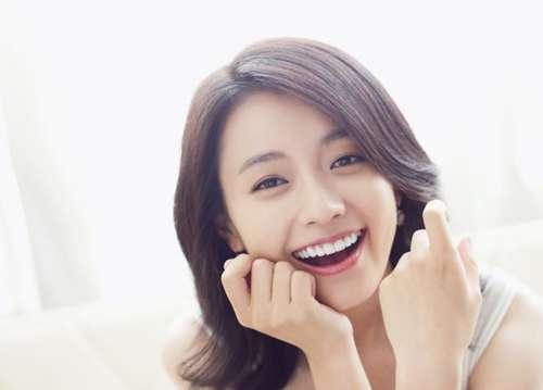 Han Hyo Joo sở hữu hàm răng đều, trắng sáng mỗi khi cười khiến cô vô cùng cuốn hút
