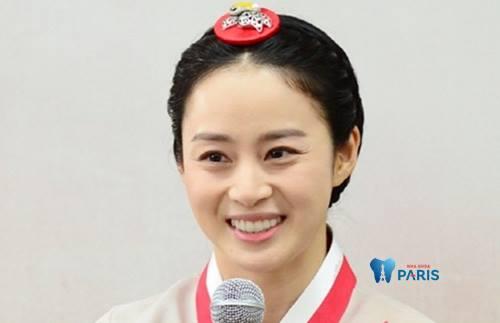 Kim Tae Hee được xem là người đại diện sắc đẹp cho đất nước Hàn Quốc. Mặc dù đã qua độ tuổi 40 nhưng cô vẫn rất xinh đẹp với hàm răng đẹp miệng xinh duyên dáng khiến mọi chàng trai phải ngắm nhìn