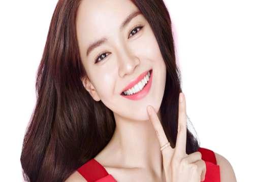 Song Ji-hyo trở nên cuốn hút với hàm răng đẹp miệng xinh duyên dáng, từng đường nét góc cạnh đều trở nên hoàn hảo