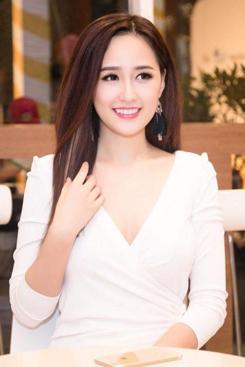Mai Phương Thúy cũng không phải ngoại lệ. Chiếc răng khểnh đẹp làm cho nụ cười, gương mặt củahoa hậu đậm chất Á Đông.