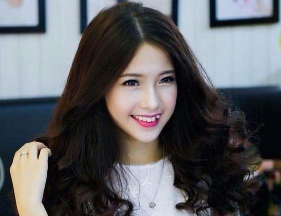 Cũng có khá nhiều tranh cãi về việc con gái có răng khểnh là đẹp hay xấu nhưng hầu hết mọi người đều cho rằng răng khểnh nữ dễ thương và duyên dáng, không nên loại bỏ.