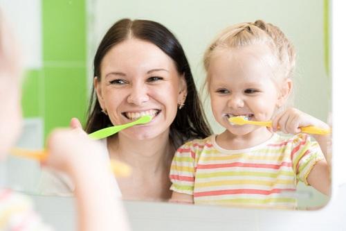 Trẻ bị mòn răng phải làm sao