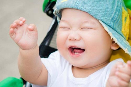 trẻ mọc răng hàm trên trước