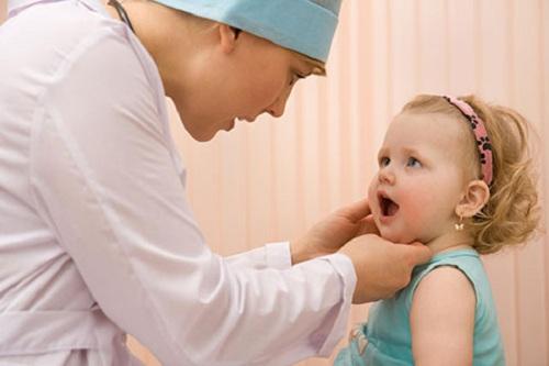 trẻ mọc răng nanh sốt bao lâu